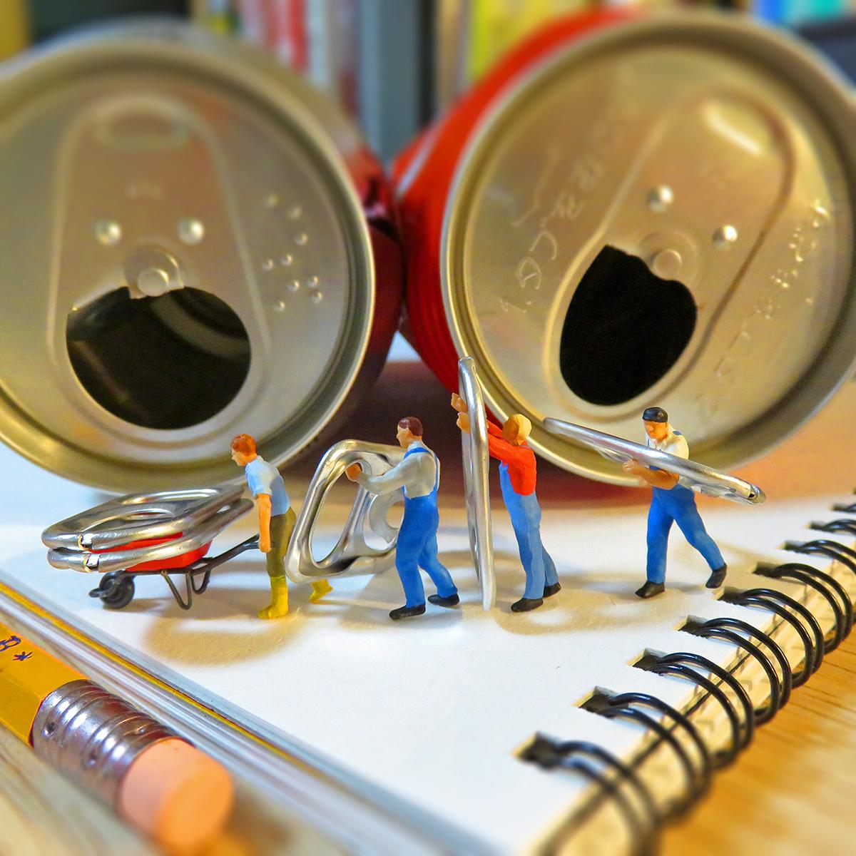 缶のプルタブを回収する作業員たち