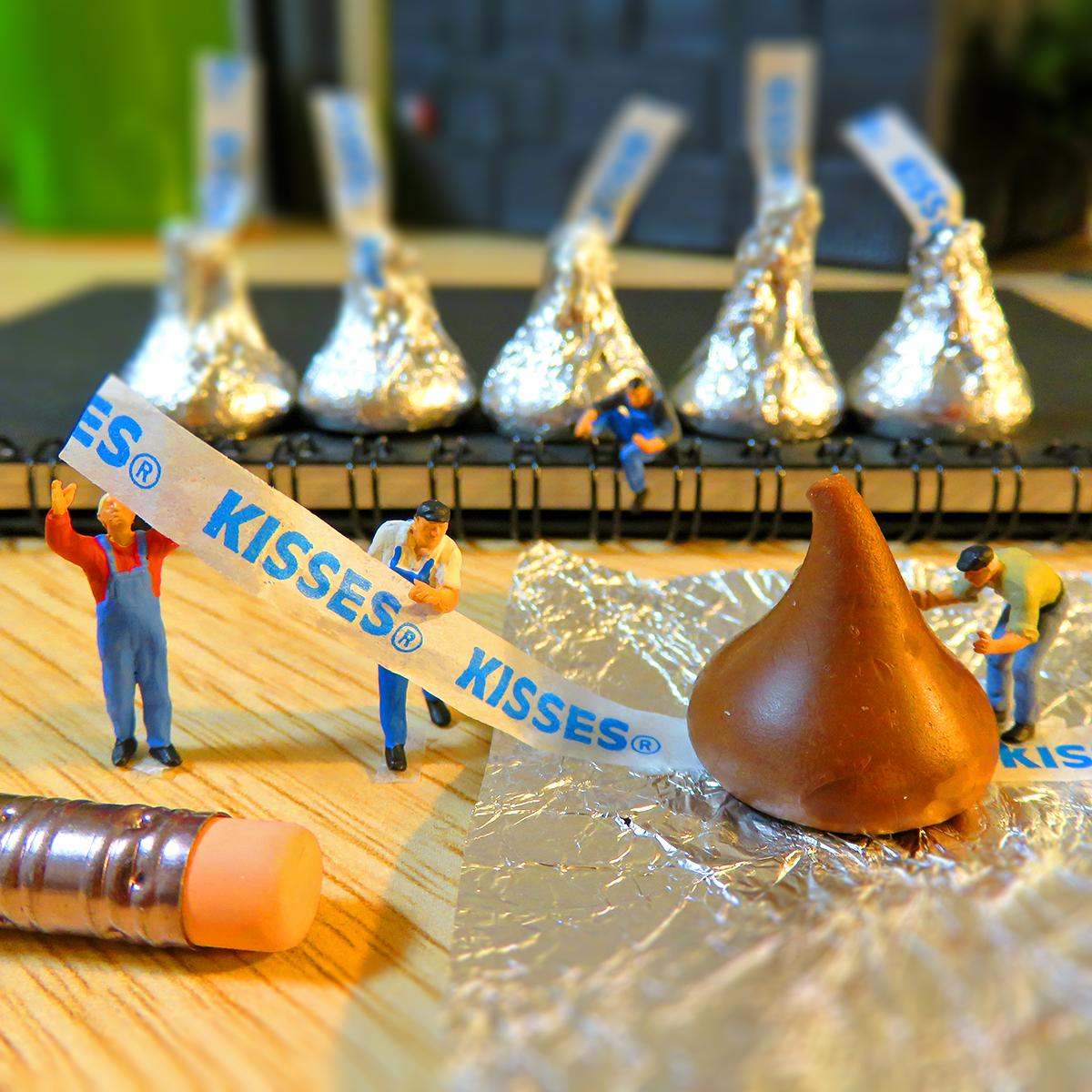 HERSHEY'Sの秘密暴露!キスチョコレートの包み紙は小さな作業員が包装していた!