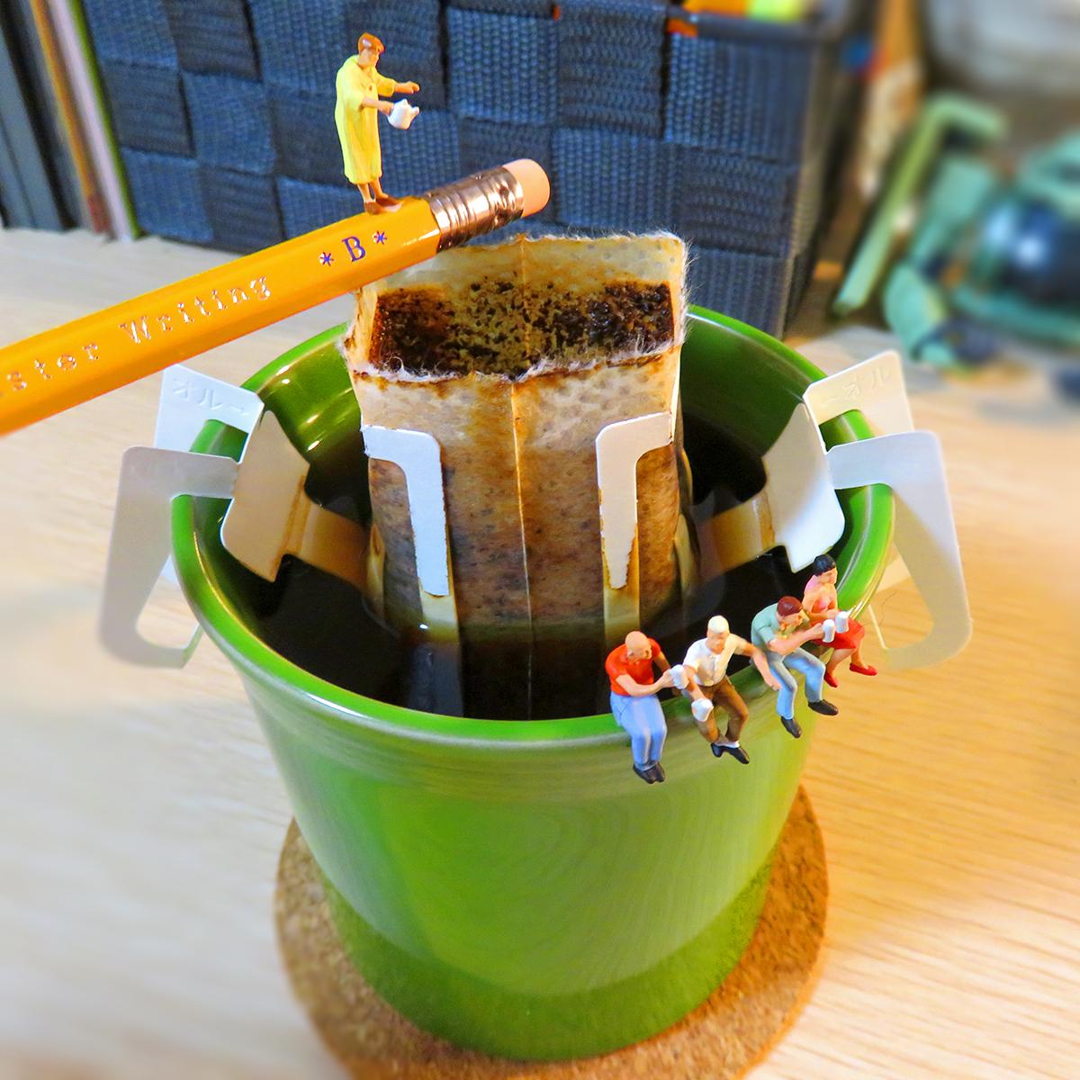 コーヒーを淹れるオバさんとコーヒーブレイクする人達