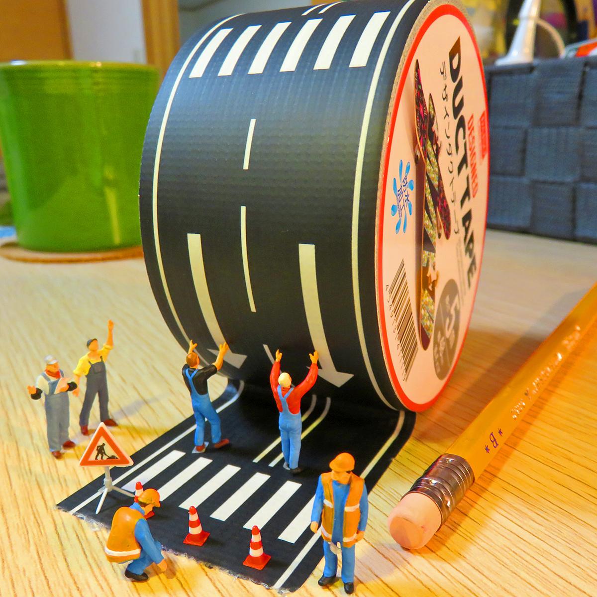 8月10日は道の日!ダクトテープで道を作る道路工事作業員たち