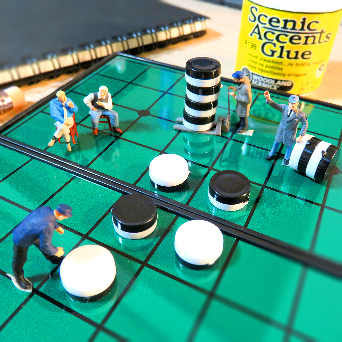 巨大オセロゲームを楽しむ人達