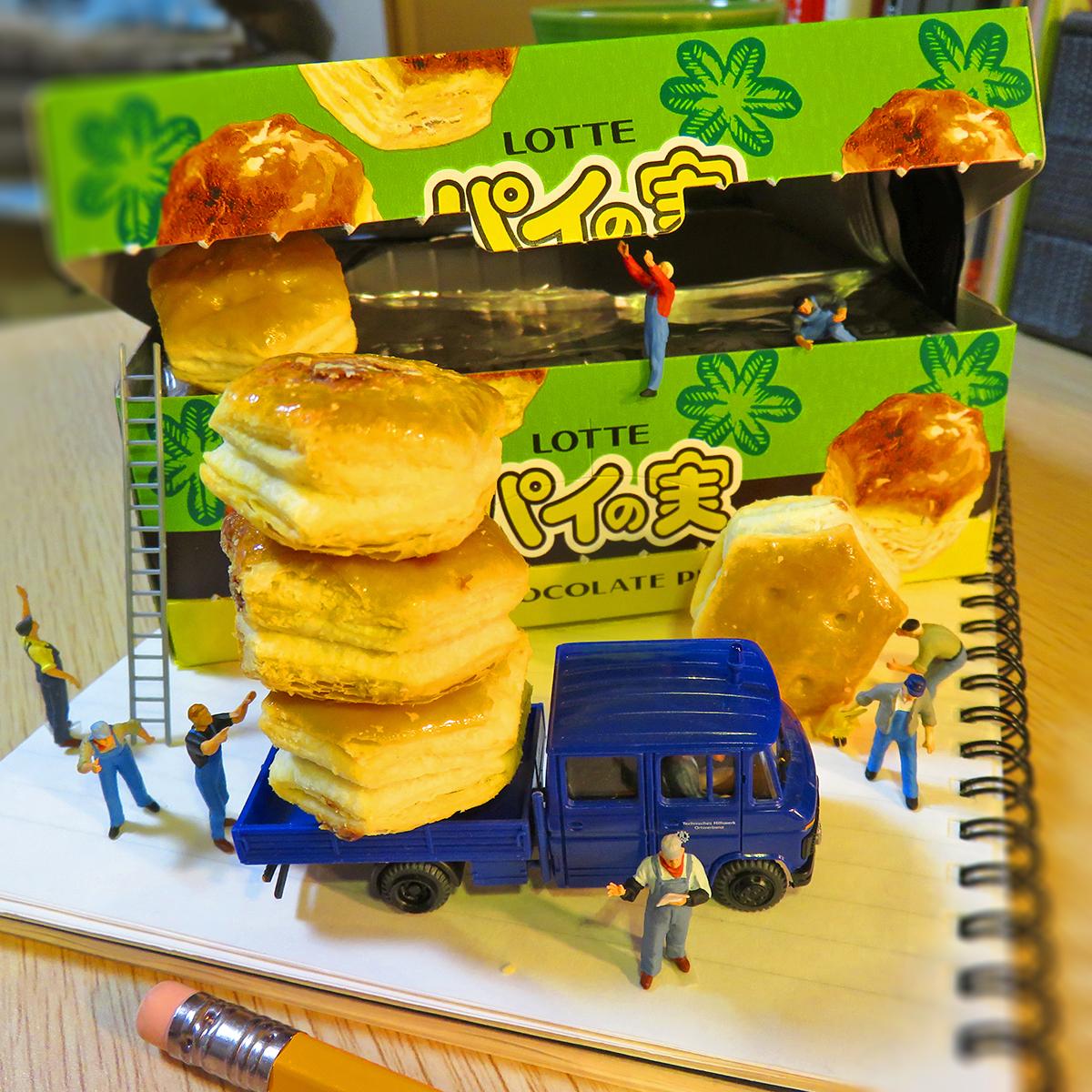 人間の目を盗んでパイの実をこっそり運ぶ作業員たち