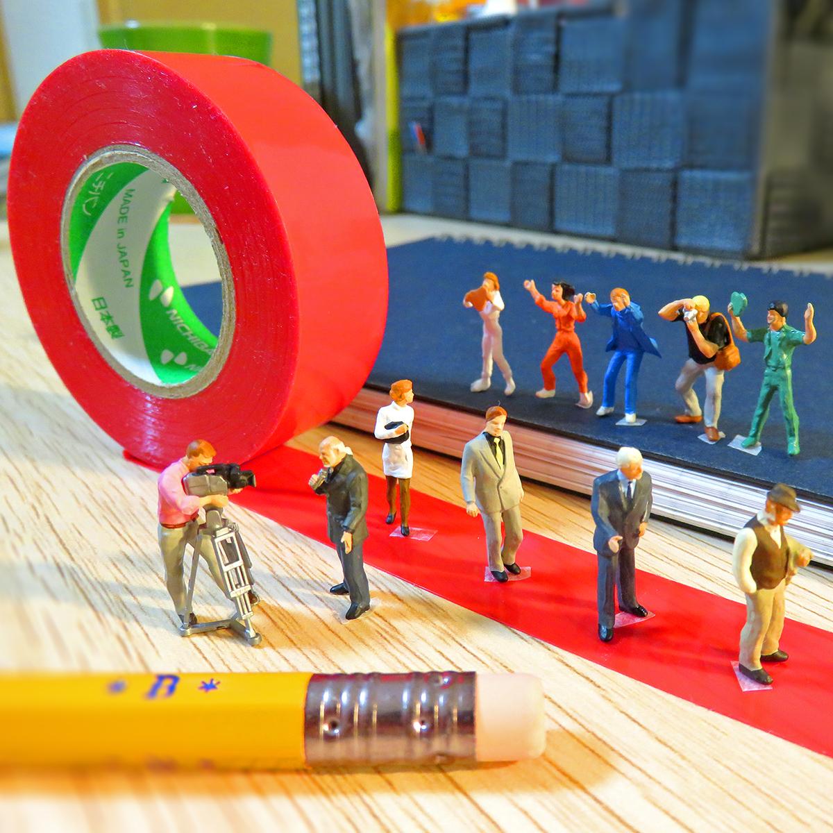 赤テープのレッドカーペットを歩く有名人とテレビ中継するマスコミと観客