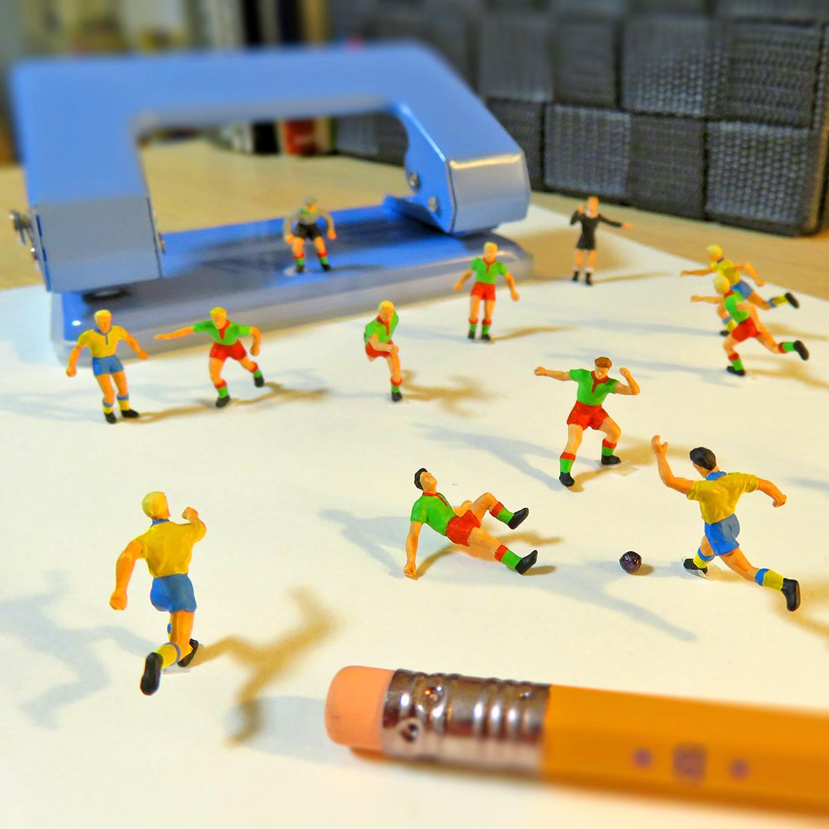 文房具を使ってサッカーの試合するサッカー選手たち
