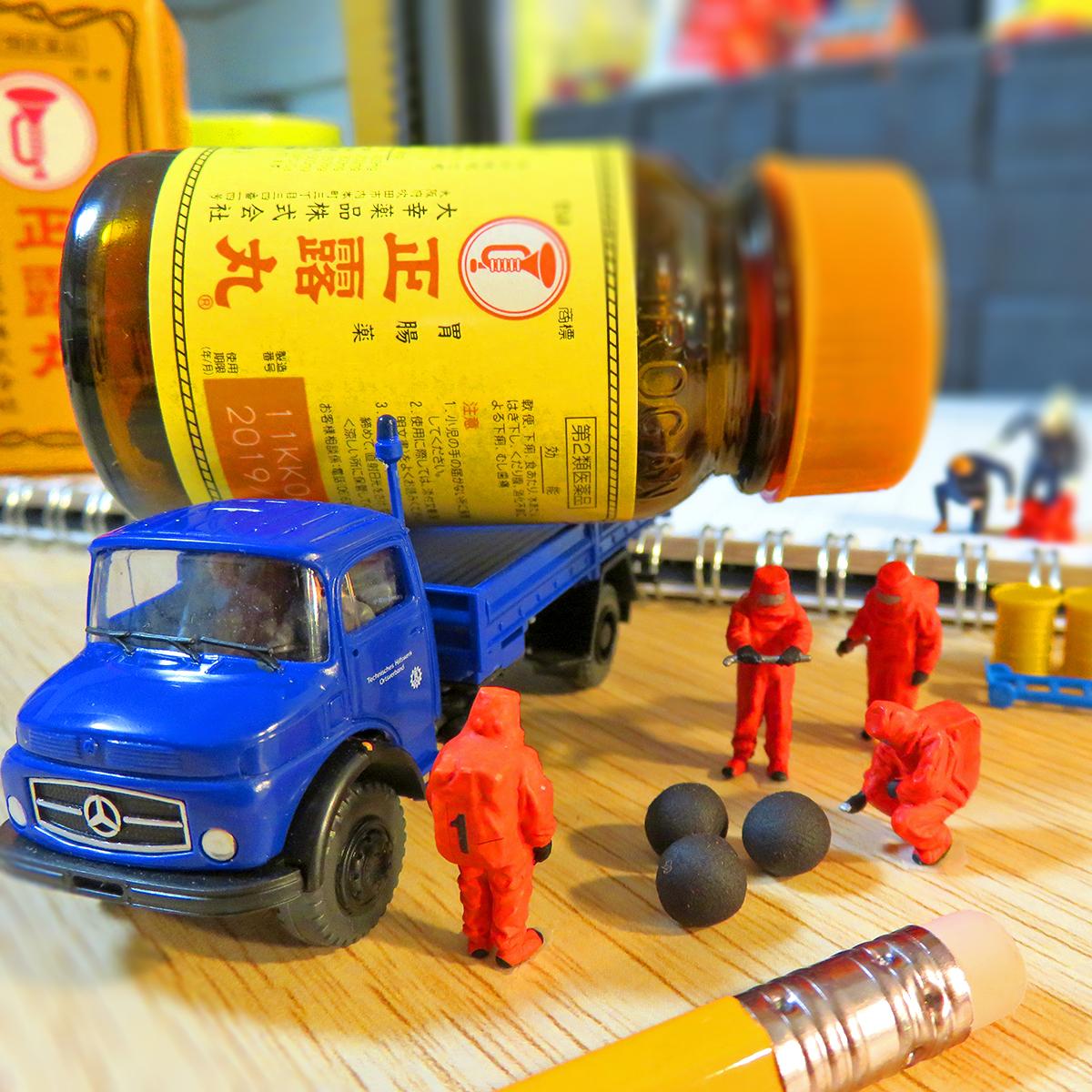 爆弾の弾に見える正露丸を回収する特殊作業員たち