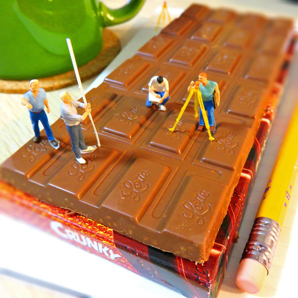 クランキーチョコレートを測量する測量士たち