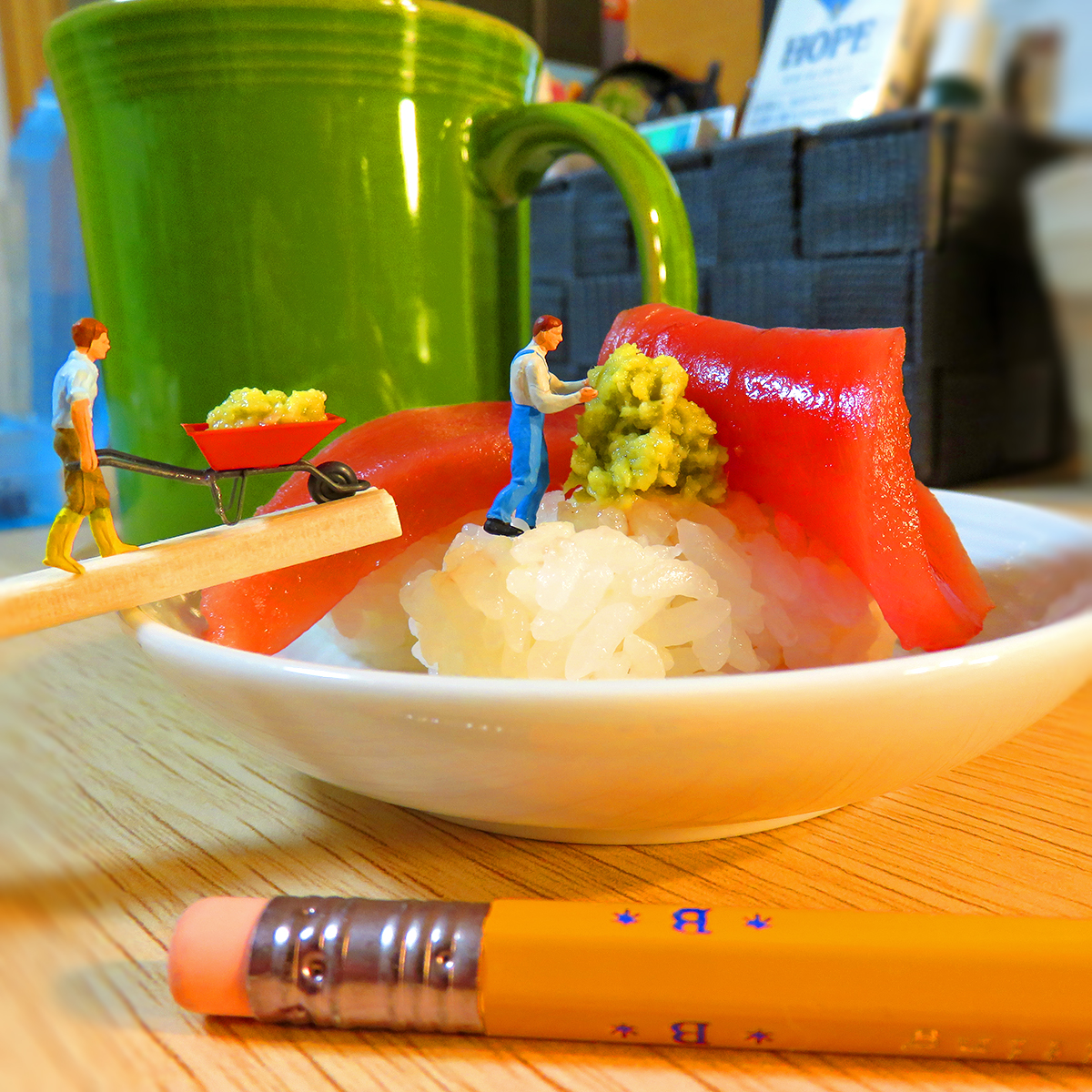 マグロ寿司に大量のワサビを盛る悪戯好きな作業員たち
