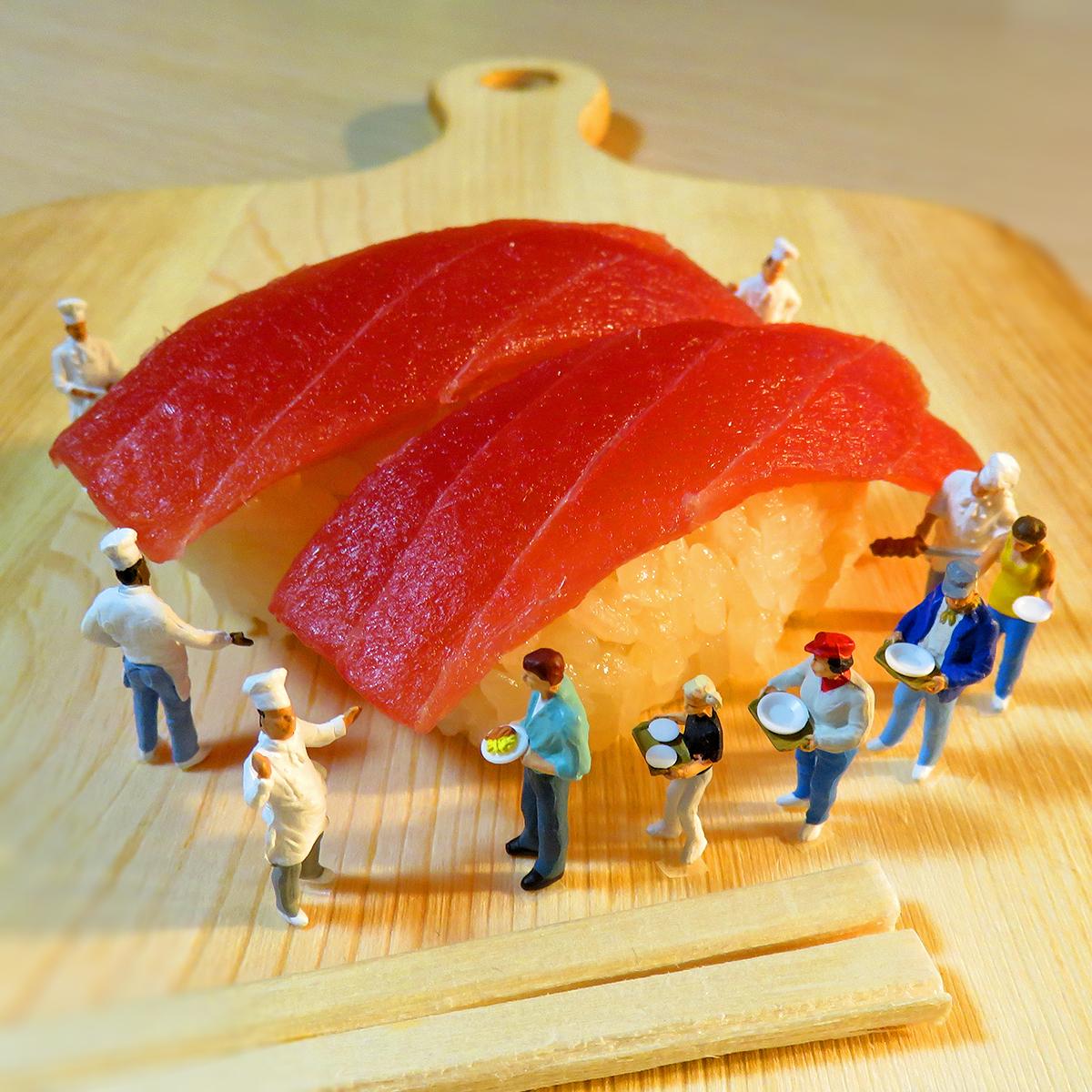 11月1日は寿司の日!巨大なマグロ寿司を食べたくて行列になる人達