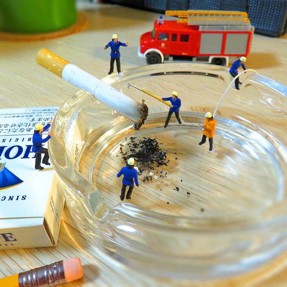 火を消し忘れたタバコを消火する消防士たち