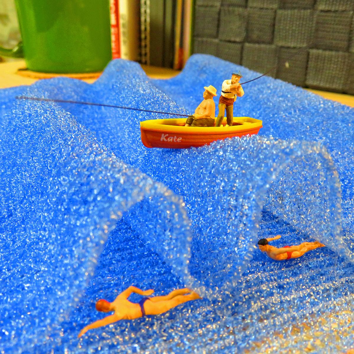 7月17は海の日!ボディタオルの大きな波に揺られながら船釣りをする釣り人と海中を泳ぐ海パン男たち