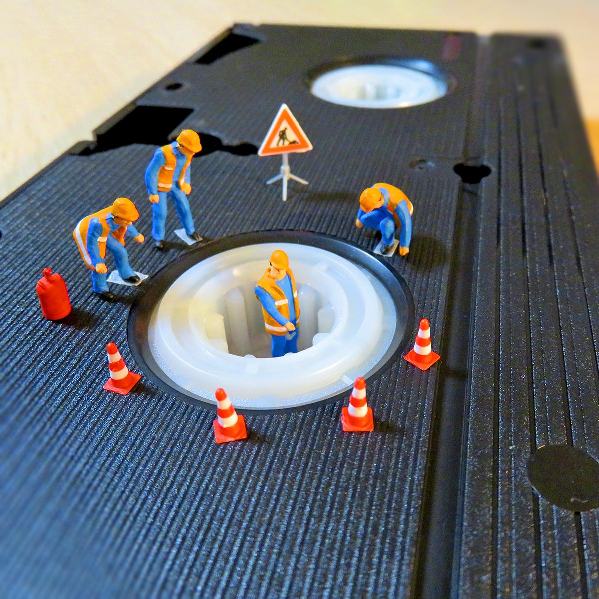 ビデオテープの点検をする作業員たち
