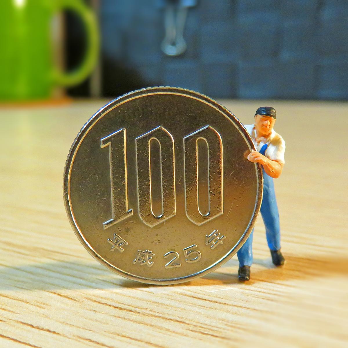 12月11日は100円玉の日!100円玉を転がして運ぶ作業員