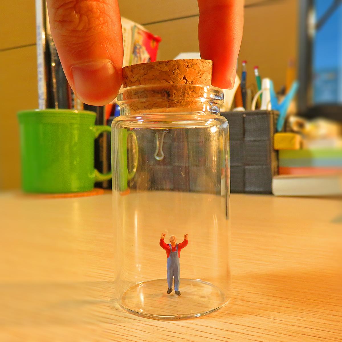 人間に見つかり瓶に閉じ込められた小人