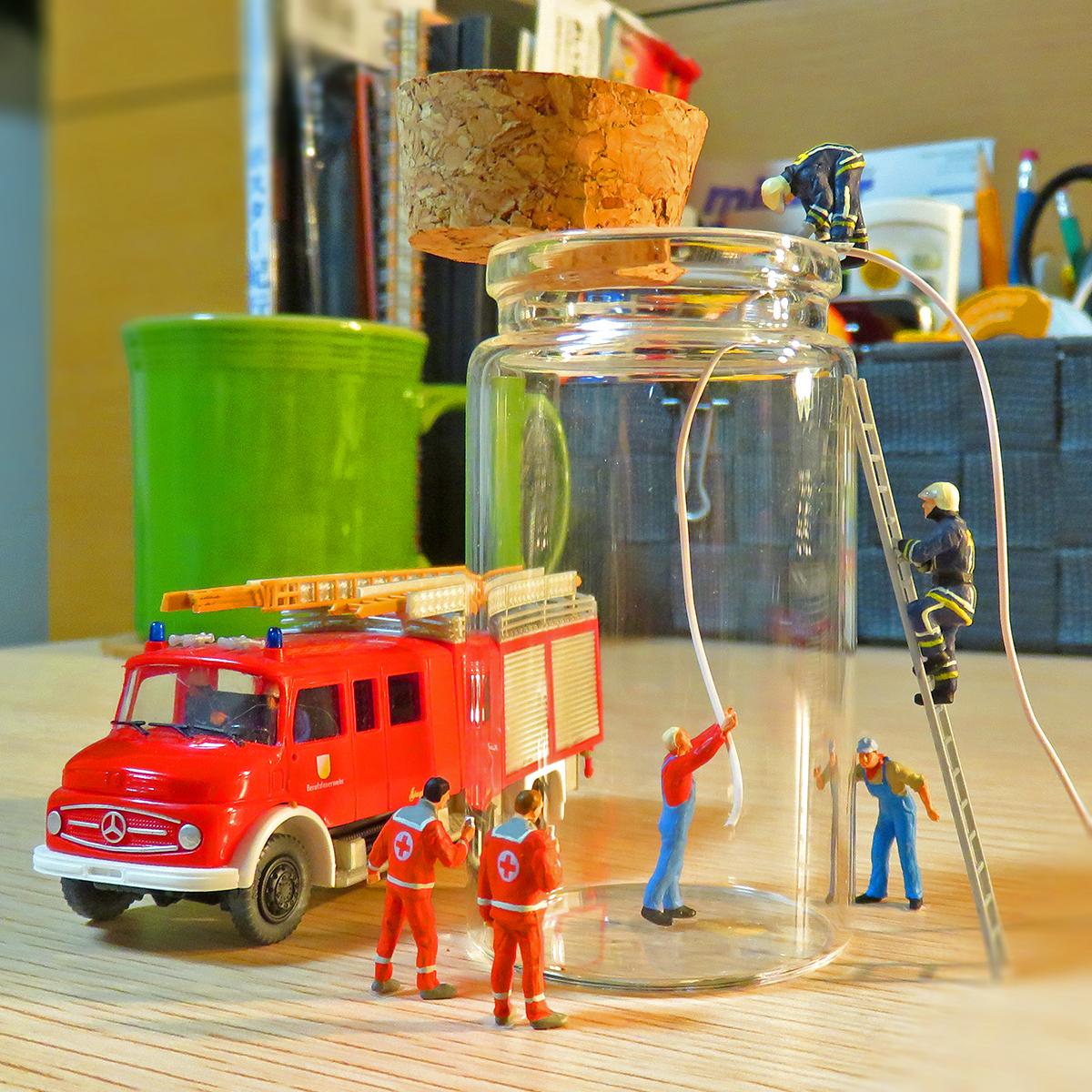 瓶に閉じ込められた小人を救助する消防隊