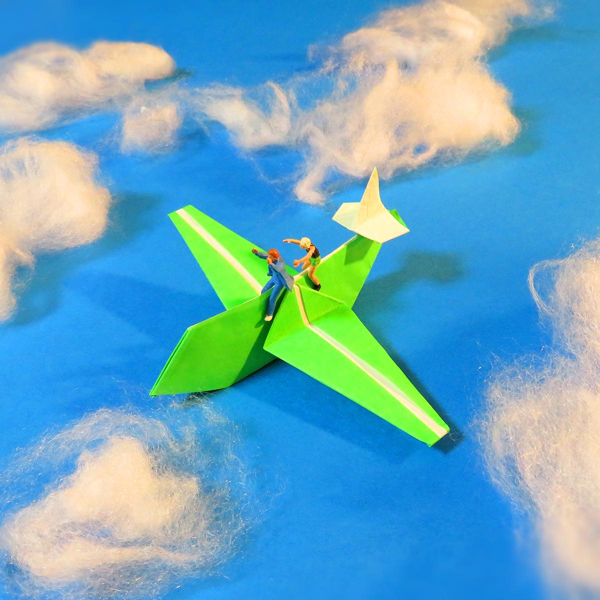 12月16日は紙の記念日!17日はライト兄弟の日!紙飛行機で空中散歩を楽しむ男女