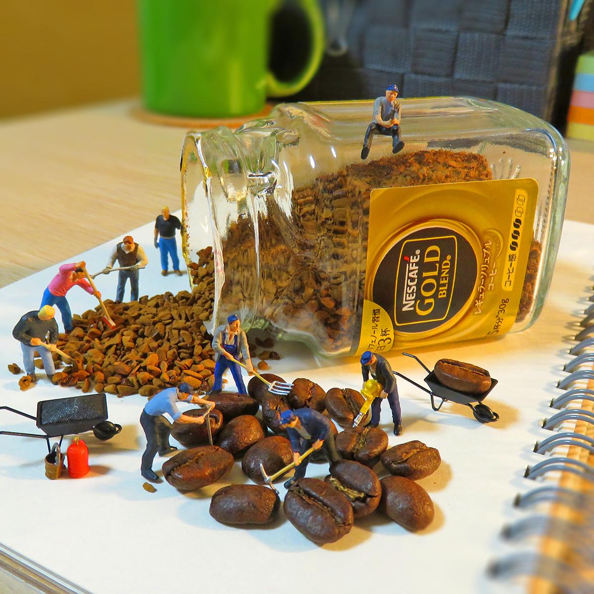 コーヒー豆を微粉砕して瓶に詰め込む作業員