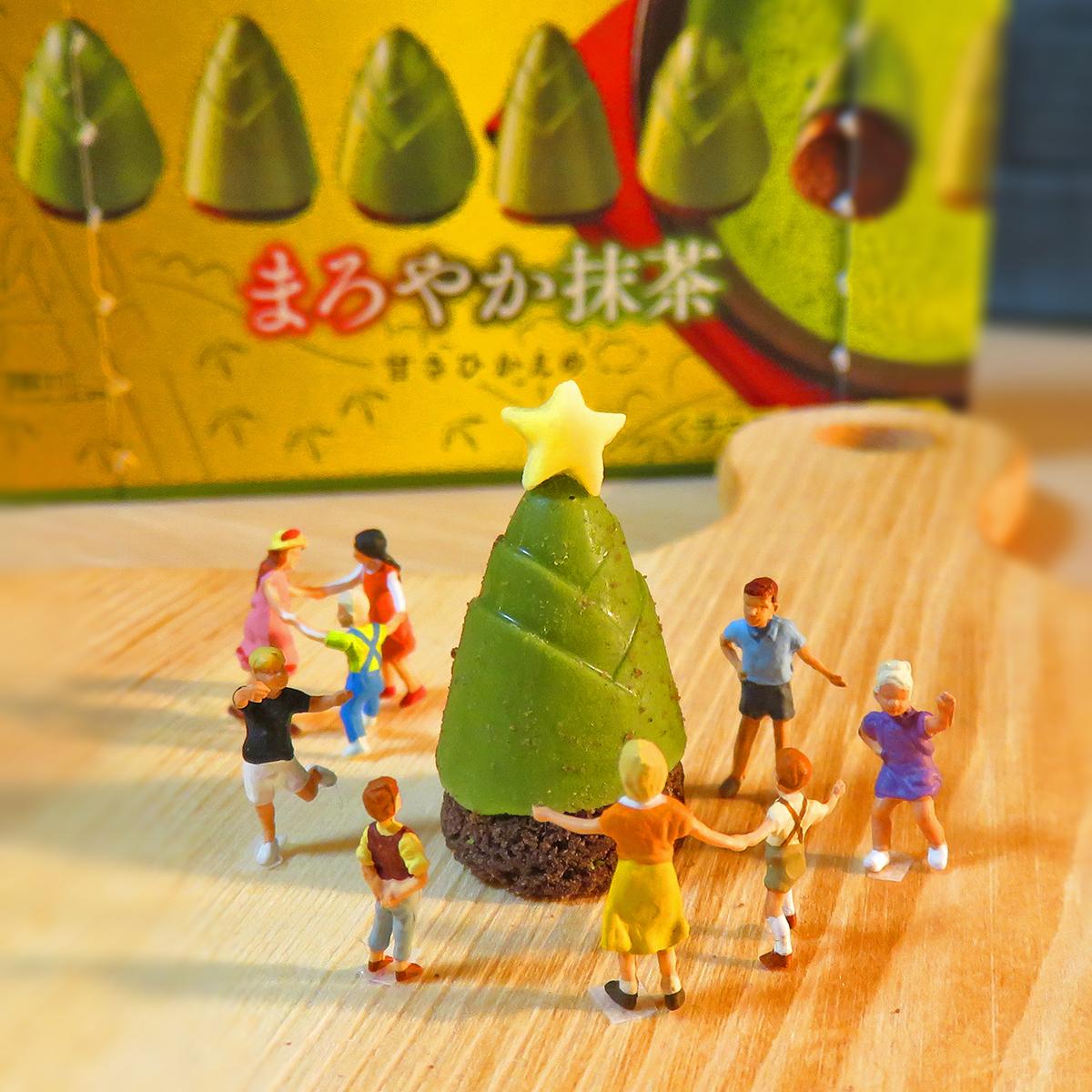 抹茶たけのこの里でクリスマスツリーを作る子供達